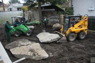 Mały ogród. Duże drzewa, duże głazy, dużo maszyn. 2010