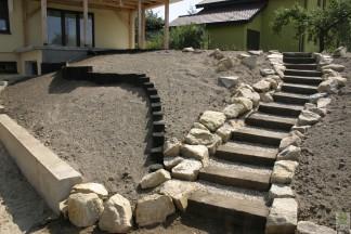 Skarpa z podkładów i kamienia