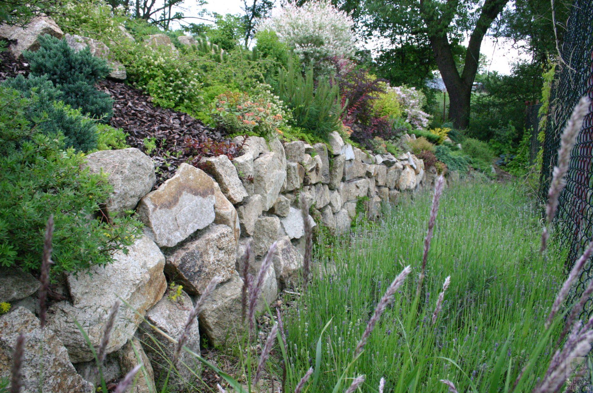 Ogród naturalistyczny z murkami granitowymi
