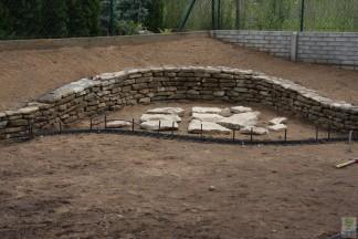 Mały ogród z murkiem z płyt granitowych
